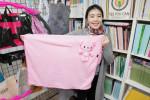 터치포굿 박미현 대표가 반달곰 서식지 복원을 위한 쌤베어 업사이클 담요를 소개하고 있다