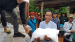 캄보디아 수해민에게 긴급구호를 통해 쌀이 전달되고 있다