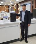 유인탁 이사(인비보이미징시스템 FOBI 개발판매 총괄이사)가 제품 FOBI와 기념 촬영을 하고 있다