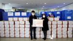 왼쪽부터 성남시 한마음복지관 김종민 사무국장, 허영미 관장이 포장을 마친 한마음 드림키트 앞에서 기념 촬영을 하고 있다