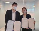 왼쪽부터 오상훈 럭스로보 창업자와 박보미 비엘에프 대표가 업무협약을 체결하고 있다