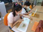 학습지 지원사업에 참여한 아동들이 학습을 하고 있다