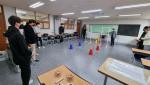 서울 은평구 대성고등학교에서 진행한 미래혁신학교 드론 프로그램에 참가한 학생들이 직접 드론을 조종해보고 있다