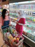 인도네시아 GS수퍼마켓에서 고객이 상품을 살펴보고 있다