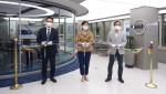 왼쪽부터 오우션테크놀러지 김학영 대표, 한국마이크로소프트 이지은 대표, 한국마이크로소프트 장홍국 부문장이 웜홀 오픈식에 참석해 커팅식을 진행하고 있다