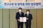 왼쪽부터 김한종 전국시·도의회의장협의회장과 김일재 한국지방행정연구원장이 자치분권 실현 및 지방의회 역량강화를 위한 업무협약서에 서명 후 기념 촬영을 하고 있다