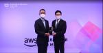 AWS Partner Award에서 왼쪽부터 AWS 코리아 함기호 대표와 메가존클라우드 이주완 대표가 수상하고 기념 촬영을 하고 있다(자료제공 : 아마존웹서비스)