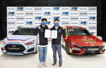 왼쪽부터 TEAM HMC 레이싱팀 김주현 단장, 현대자동차 국내사업 본부장 유원하 부사장이 현대차-TEAM HMC 후원 협약식에서 기념 촬영을 하고 있다