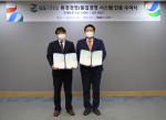 왼쪽부터 박형준 한국기업인증원장과 허연수 GS리테일 ESG추진위원장(대표이사 부회장)이 환경경영·품질경영 시스템 인증서를 들고 기념 사진을 찍고있다