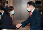 최태원 대한상공회의소 회장이 미국 워싱턴 D.C에서 열린 한미 비즈니스 라운드 테이블에 참석, 지나 레이몬도 상무부 장관을 만나 악수를 나누고 있다