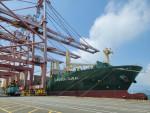 부산항에서 출항을 준비하고 있는 1800TEU급 다목적선 HMM 두바이호가 수출기업들의 화물을 싣고 있다