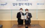 왼쪽부터 조점근 동원시스템즈 대표이사와 안병준 한국콜마 대표이사가 협약식에서 기념 촬영을 하고 있다