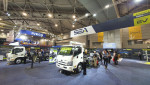 2021 Brisbane Truck Show 행사장에서 첫 일반 공개된 SEA Electric의 풀레인지 트럭이 전시되어 있다. 4.5톤 상용차부터 22.5톤 3축 리지드 트럭에
