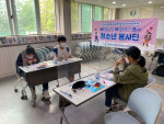 광정동청소년문화의집 청소년봉사단 바이크가 기관에 나눔하기 위해 마스크를 직접 만들고 있다