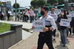 구리시청소년재단 임직원이 아동학대 예방 걷기 캠페인을 진행하고 있다