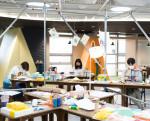 청소년들이 서울예술교육센터에서 진행하는 진메이킹 워크숍을 통해 직접 출판과정을 경험하고 있다