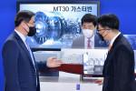 이종열 롤스로이스 한국 지사장이 통합전기추진체계 모형(MT30)을 설명하고 있다