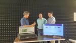 삼성전자 연구원들이 삼성리서치 아메리카(SRA) 실험실에서 140GHz 통신 시스템을 시연하고 있다