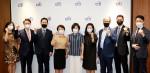 유명순 한국씨티은행장(가운데)과 한국씨티은행 ESG 협의회 위원 등이 한국씨티은행 본점에서 킥오프 회의를 갖고 기념 촬영을 하고 있다
