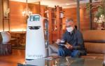 AI 서빙로봇 서빙고가 호텔 이용객에게 음료를 제공하고 있다