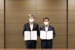 왼쪽부터 가삼현 한국조선해양 사장과 배재훈 HMM 사장이 선박 건조 체결식에서 기념 촬영을 하고 있다