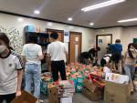 성민재가노인복지센터 직원과 팀솔그리 단원들이 식료품 키트 '행복보따리'를 포장하고 있다