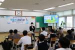 학생들이 레즐러가 제공하는 '지구를 지키는 방법! 에너지전환' 프로그램에 참여하고 있다