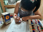 한국마이크로크레디트신나는조합이 진행한 돌봄지원 프로그램에 참여한 한 아이가 활동을 하고 있다