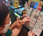서부장애인종합복지관이 실시하는 노년기전환서비스에 참여하는 당사자가 보완 대체 의사소통 메뉴판으로 음료를 주문하고 있다