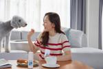 배우 엄지원이 브랜케이로봇의 클린예보 손소독제를 사용하고 있다