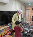 성남시어린이급식관리지원센터 관계자가 아이에게 음식을 배식하고 있다
