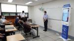 손철수 한국공학기술연구원 대표가 어르신들을 대상으로 키오스크 활용 교육을 소개하고 있다