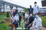 왼쪽 앞줄 두번째 임영진 신한카드 사장이 신한카드 본사 옥상정원에서 MZ세대 직원들과 함께 최근 주요 현황에 대해 논의 후 기념 촬영을 하고 있다