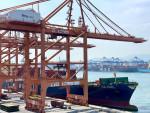 4600TEU급 컨테이너선 'HMM 포워드호'가 부산항 신항 HPNT에서 국내 수출 기업의 화물을 싣고 있다