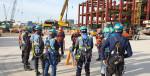 근로자들이 작업 전 안전회의(TBM)에서 전달 사항을 공유하고 있다