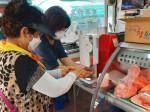 상도전통시장을 찾은 고객들이 세스코 자동손소독기를 이용해 손소독을 하고 있다.