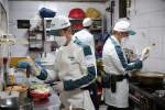 세스코 식품안전 전문가들이 음식점 위생점검을 진행하고 있다