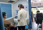 선별진료소 코로나19 대응인력이 마음안심버스에서 전문 심리서비스를 제공받고 있다