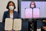 왼쪽부터 김정현 진학사 캐치본부 잡콘텐츠랩 소장과 황지희 네이버 인증서비스 리더가 협약을 맺고 기념촬영을 하고 있다