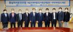 충남연구원이 개최한 충남자치분권포럼 라운드테이블에서 참석자들이 기념 촬영을 하고 있다