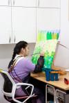 장애 예술가가 잠실창작스튜디오에서 제공한 작업실에서 그림을 그리고 있다