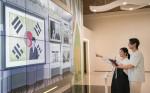 관람객이 슈퍼노바 기술 기반 '마법사진관'을 체험 중인 모습