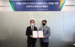 왼쪽부터 동아방송예술대학교 최용혁 총장과 아센디오 신동철 대표이사가 체결식에서 기념 촬영을 하고 있다