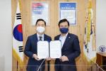 왼쪽부터 김상곤 한국교직원공제회 이사장과 김병우 충청북도교육청 교육감이 업무협약을 맺고 기념촬영을 하고 있다