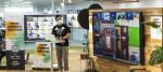 GS리테일 해커톤 행사에 참여한 직원이 아이디어에 대해 설명하고 있다