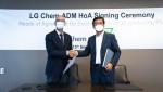 왼쪽부터 ADM CEO 후안 루시아노(Juan Luciano) 회장과 LG화학 CEO 신학철 부회장이 주요조건합의서(HOA)를 체결한 뒤 기념 촬영을 하고 있다