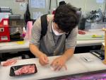 합동 단속 담당자가 돼지고기 원산지를 판별 검정키트로 진단하고 있다