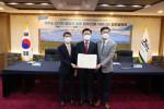 왼쪽부터 이경윤 한전 에너지 신사업처장, 구만섭 제주도 도지사권한대행, 김구환 그리드위즈 대표이사가 협약식에서 기념 촬영을 하고 있다