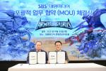 왼쪽부터 대원미디어 정욱 회장과 SBS 박기홍 콘텐츠전략본부장이 체결식에서 기념 촬영을 하고 있다