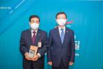 왼쪽부터 배재훈 HMM 대표이사와 문성혁 해양수산부장관이 수여식에서 기념 촬영을 하고 있다